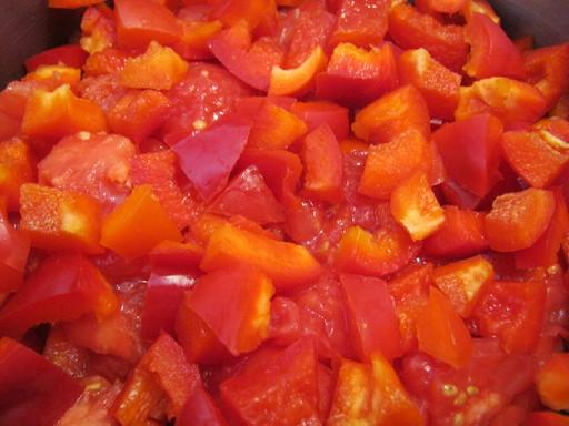 Порезанный перец и помидоры