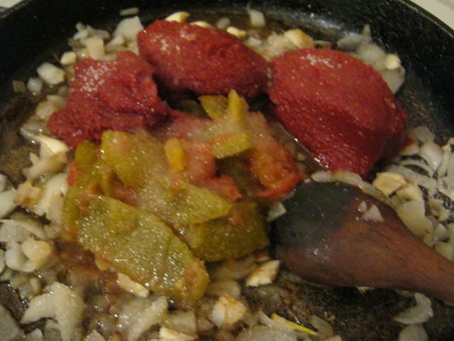 Добавляем лечо, томатную пасту