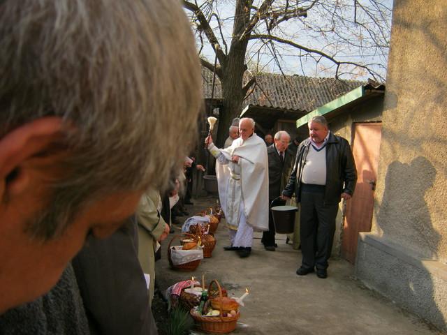 Отец Владимир освящает продукты на Пасху