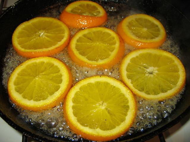 Обжариваем апельсины с другой стороны