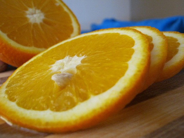 Апельсины режем на кружки