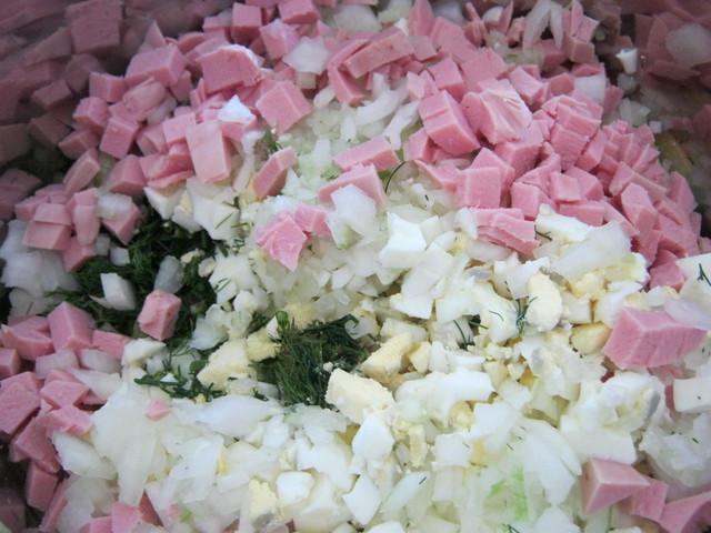 Порезанные продукты для окрошки на кефире