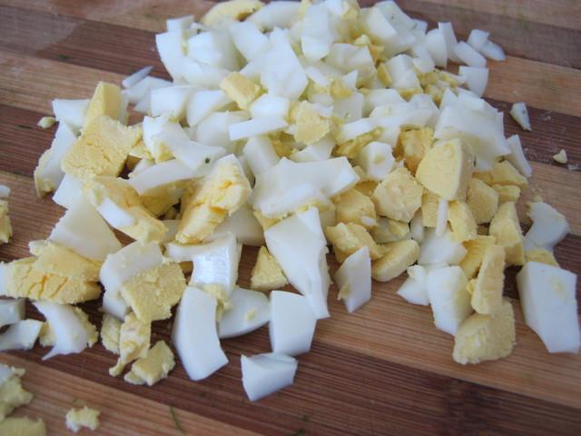 Мелко порезать яйца