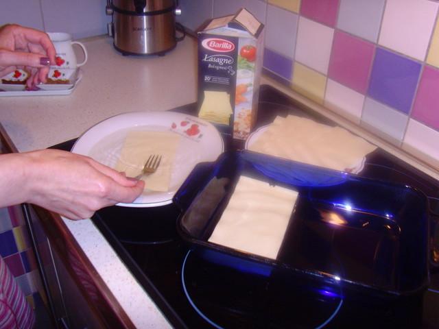 Выкладываем форму пластами лазаньи
