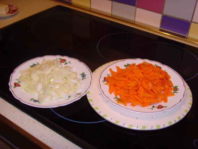 Подготовленные морковь и лук
