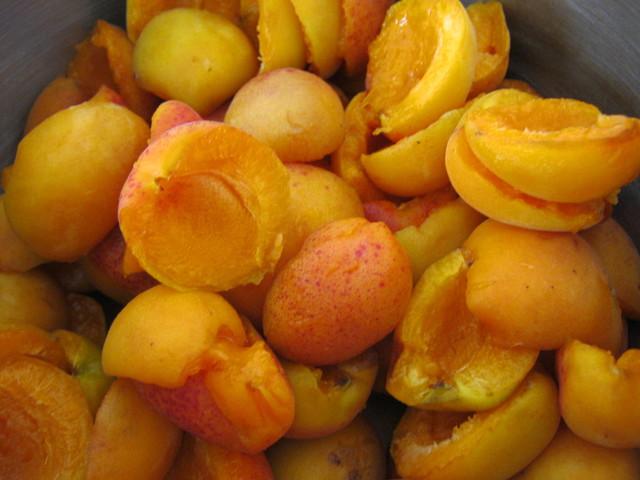 Разделяем абрикосы на половинки