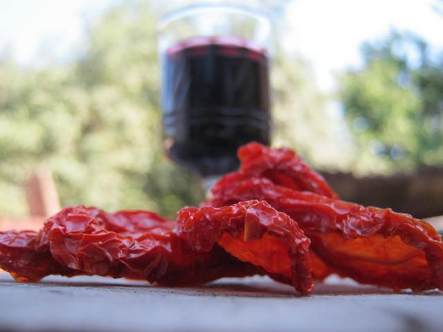 Вяленые помидоры, бокал вина