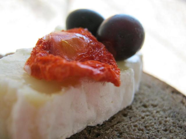 Хлеб, вяленые помидоры, сыр, виноград