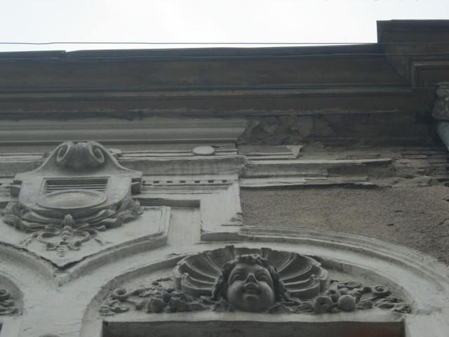 Пухлый амур над окном