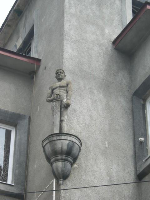 Статуя на одном из домов в Центре Берегово