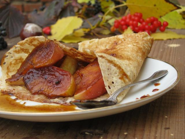 Блины - рецепт с карамелизованными яблоками