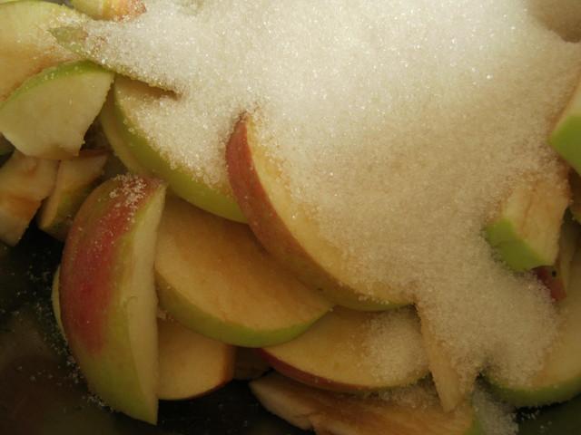 Засыпать яблоки сахаром