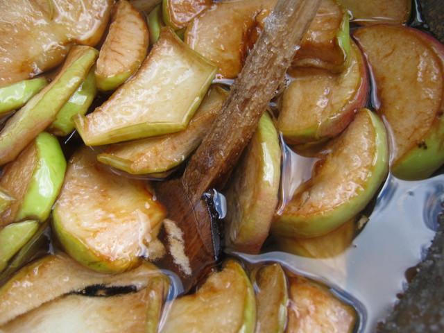Перемешивание яблок для варенья
