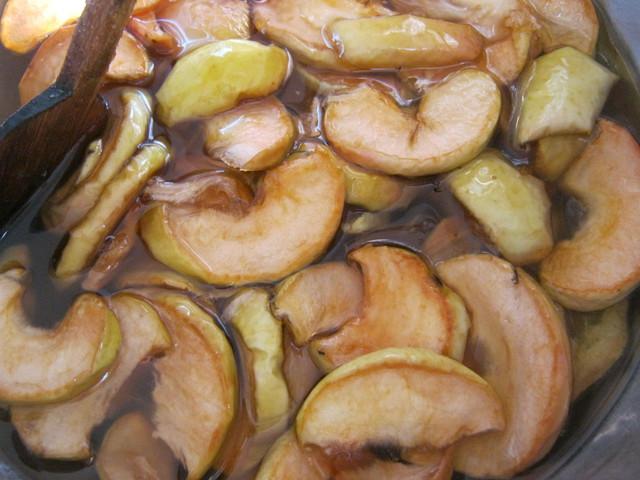 Перемешиваем варенье из яблок после второй варки