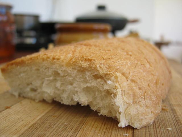 Ломтик хлеба к грибному супу