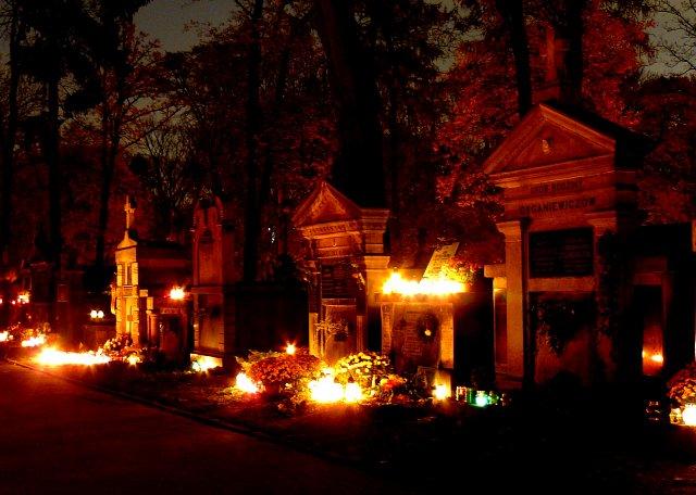 День всех святых, огни на памятниках