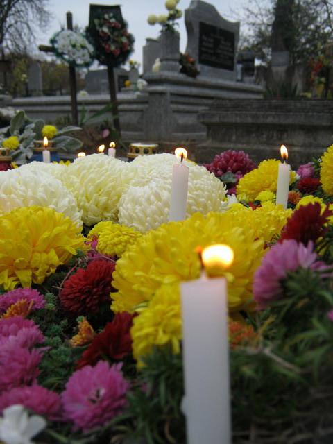 День всех святых - хризантемы и свечи