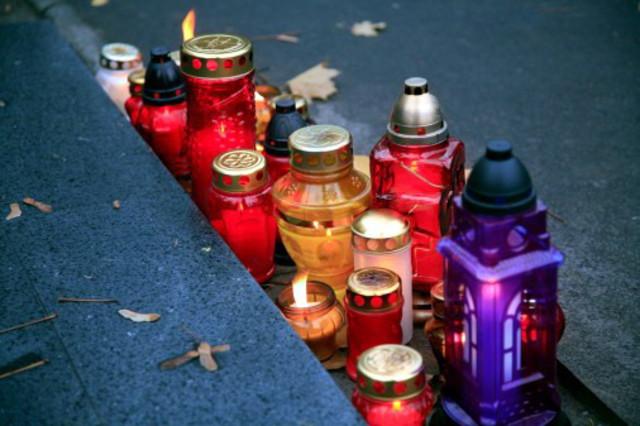Свечи у подножия креста