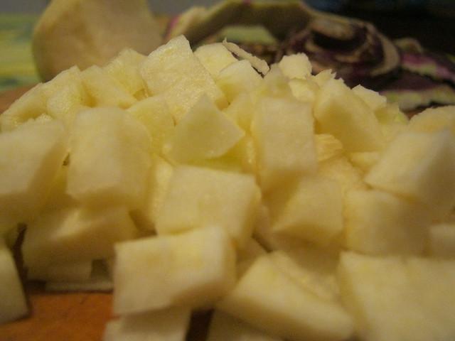 Кольраби, нарезанная для супа из рыбы