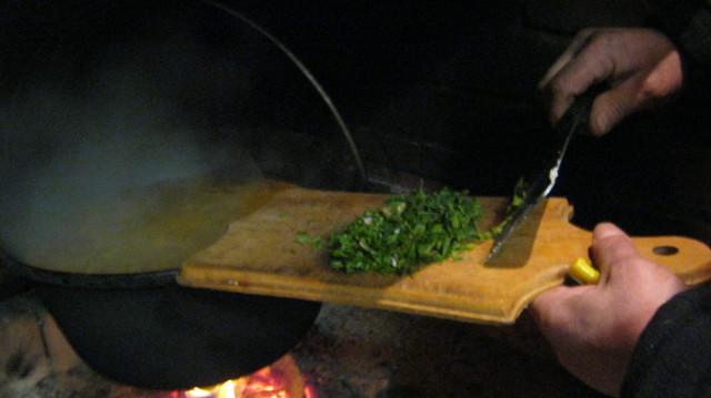 Отправляем в суп мелко нарезанную петрушку