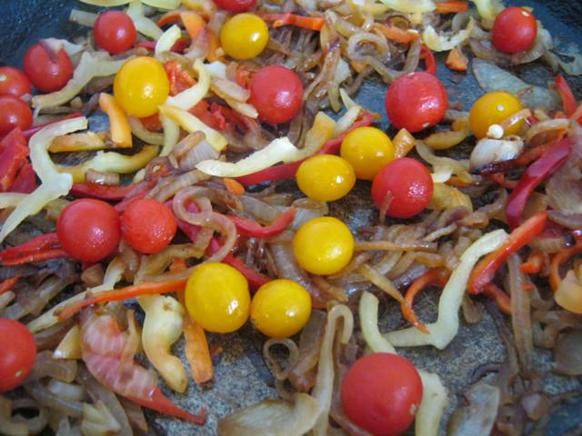 Добавить перец и помидоры черри
