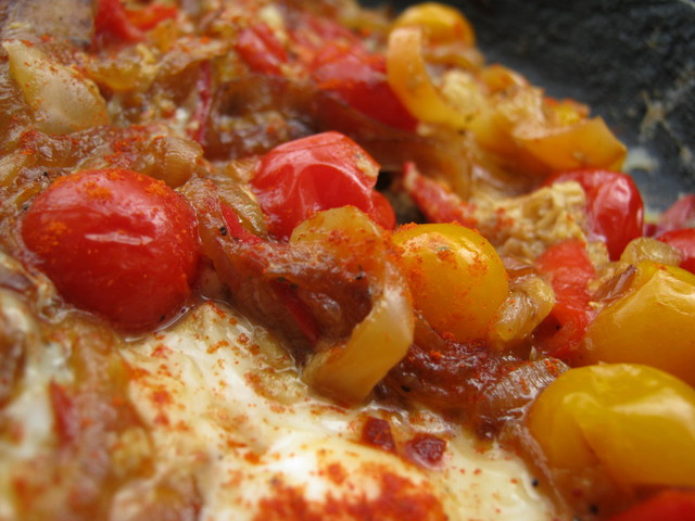 Готовая яичница с помидорами