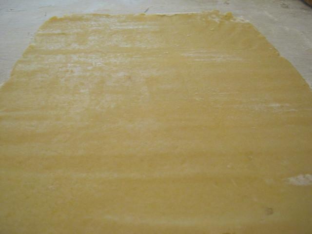Раскатанный лист песочного теста