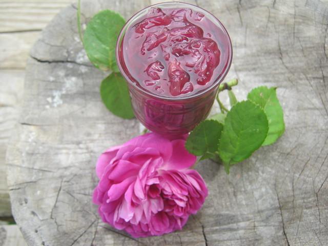 Готовое варенье из лепестков роз