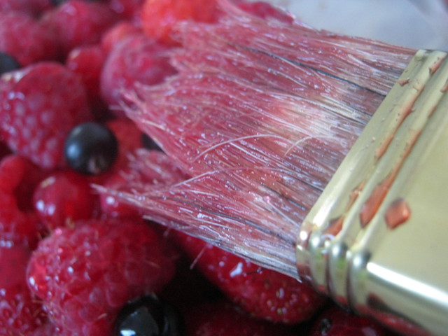 Промазываем ягоды желе