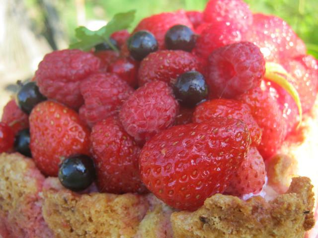 Пирог с ягодами, вид сбоку