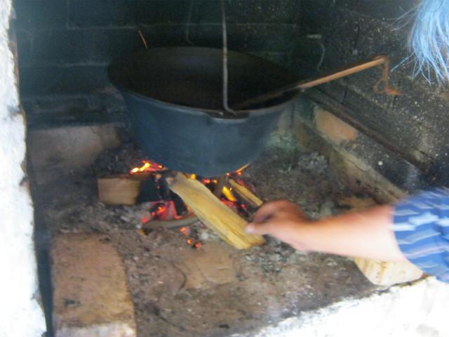 Бограч подвешен над огнем