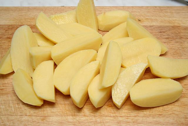 Картошка, нарезанная дольками