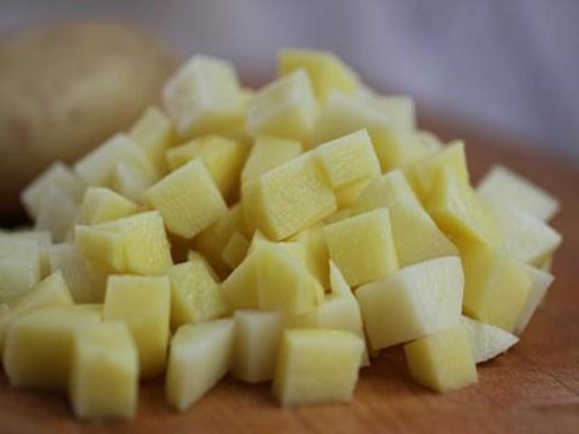 Нарезанная кубиками картошка для бограча