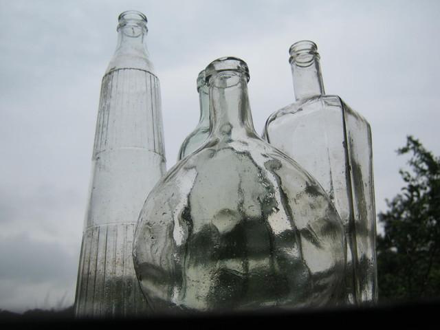 Бутылки ждут вишневую наливку