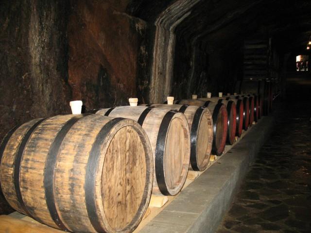 Вино из винограда на хранении в погребе
