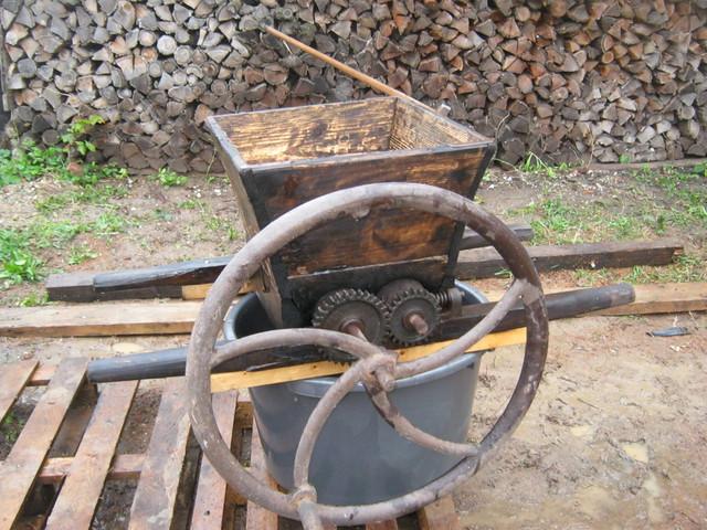 Антикварная дробилка для винограда