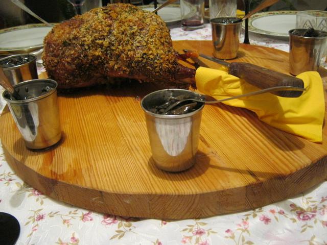 Запеченная баранья нога на столе