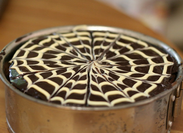 "Узор ""паутинка"" на шоколадном торте"