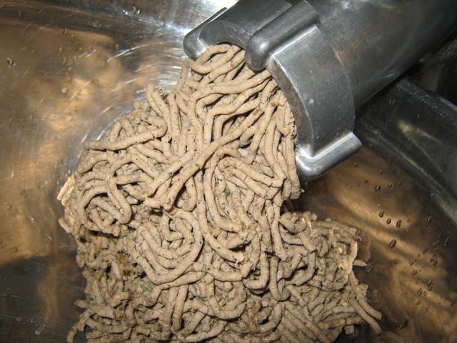Измельчаем печень на мясорубке