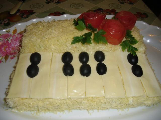 Салат с курицей, грибами и огурцами Белый рояль. Маленький шедевр своими руками