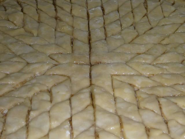 Смазываем пахлаву из слоеного теста яйцом