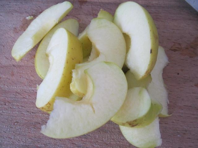 Нарезать яблоко дольками
