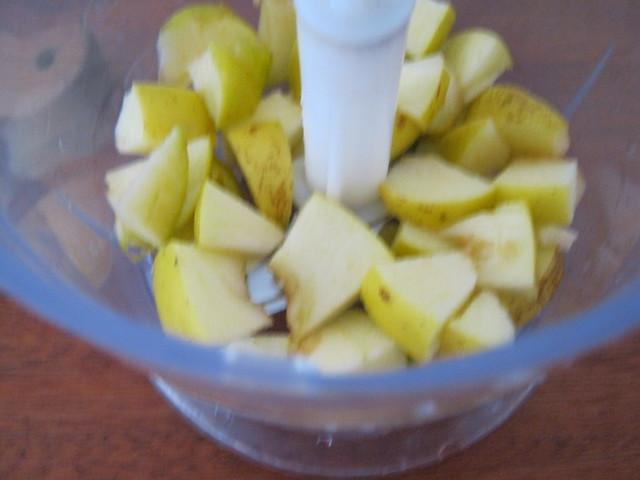 Положить в блендер яблоки