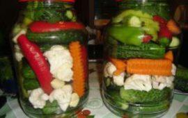 Засолка овощей ассорти на зиму— натюрморт в банке