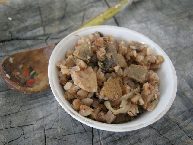 Гречневая каша с грибами и луком на тарелке