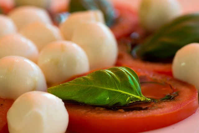 tomaty-mocarella-bazilik