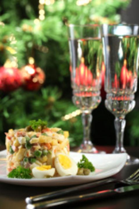 Миниатюра к статье Классический рецепт салата Оливье с колбасой: неумирающая традиция новогоднего застолья