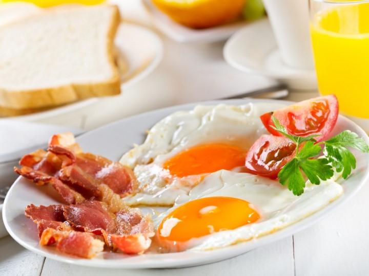 Миниатюра к статье Яичница с беконом— вкусный экспресс завтрак