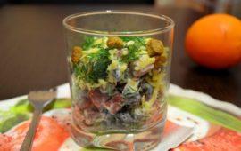 Интересный салат с фасолью и копченой колбасой
