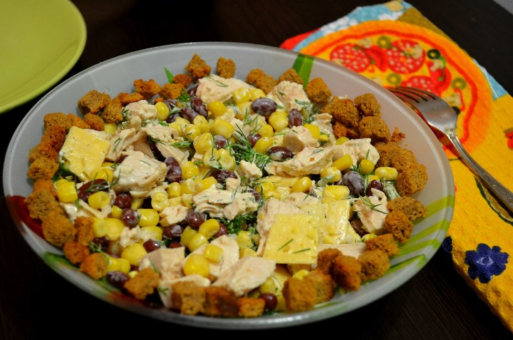 Не слишком калорийный салат из красной консервированной фасоли